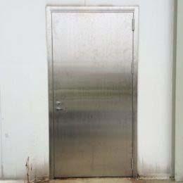 Ruostumattomasta teräksestä ulko-ovi